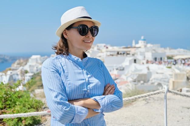 Luxe mediterrane cruisevakantie van volwassen vrouw, gelukkig lachend wijfje