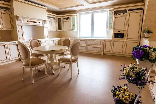 Luxe modern ingerichte keukeninterieur. keuken in luxe huis met beige kasten