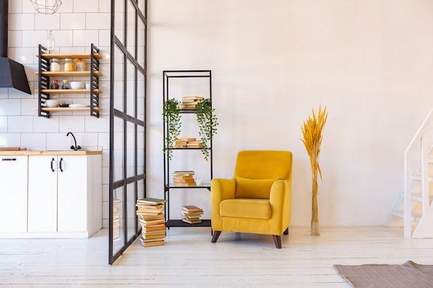 Luxe modern ontwerp van een gezellig klein studio-appartement in scandinavische stijl met witte muren, tweede verdieping met een bibliotheek en een enorm hoog raam vol daglicht