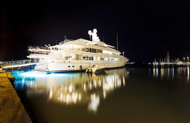Luxe modern privéjacht bij de pier 's nachts. zakynthos, griekenland, ondiepe dof