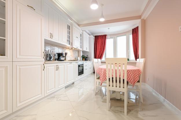 Luxe moderne witte keuken interieur