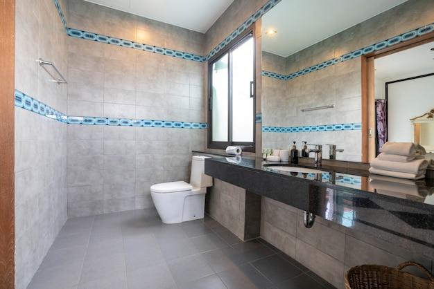 Luxe mooie interieur echte badkamer voorzien van wastafel, toiletpot in het huis of thuis gebouw
