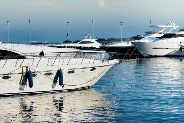Luxe motorboten of jachten afgemeerd in een jachthaven