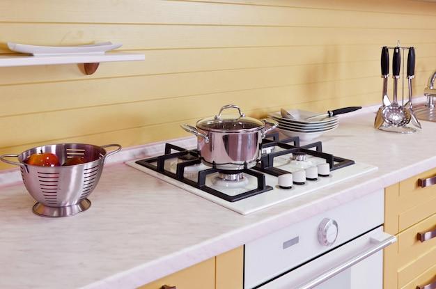 Luxe nieuwe beige keuken met moderne apparatuur