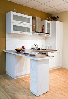 Luxe nieuwe witte keuken met moderne apparatuur