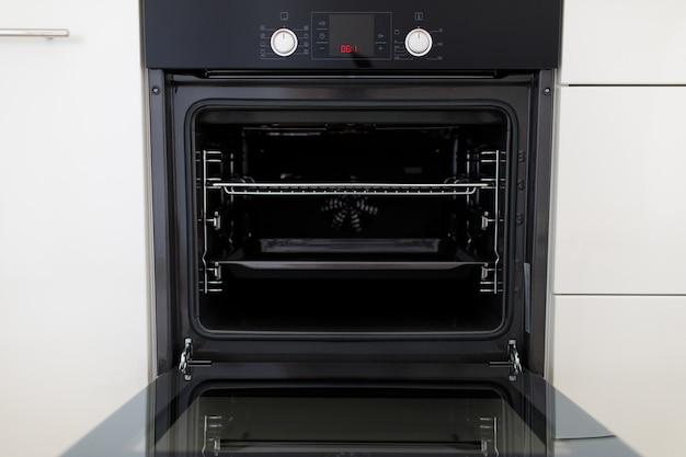 Luxe nieuwe zwarte keuken met moderne inbouwapparatuur