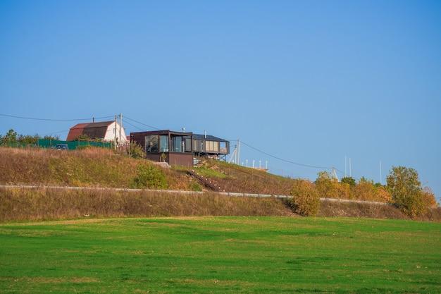 Luxe onroerend goed in de voorsteden, modern huisje op een groene heuvel. rusland.