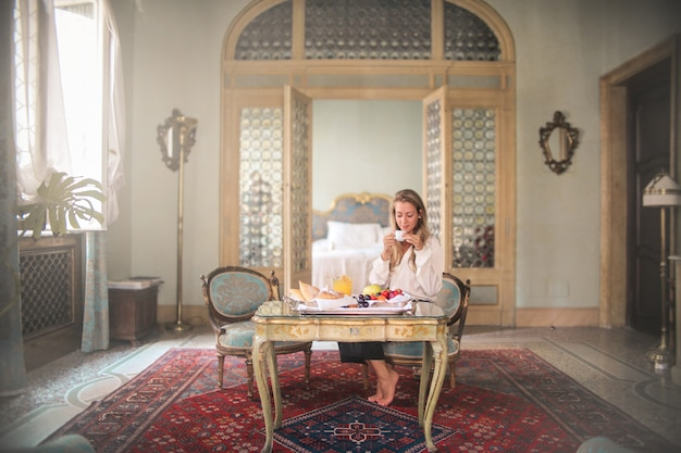 Luxe ontbijt in een hotelkamer