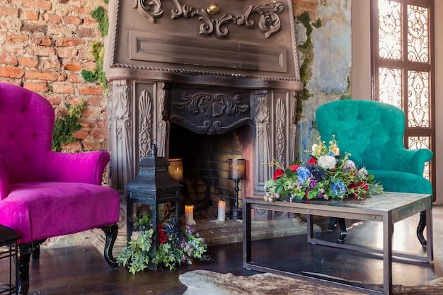 Luxe oude custle interieur. grote zaal met zuilen. mooie meubels gestileerde barokke stijl