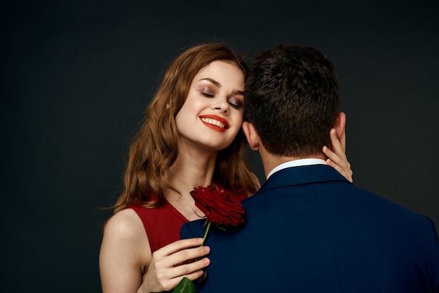Luxe paar knuffel romantiek relatie steeg over donkere mooie mensen