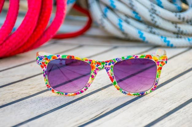 Luxe paarse glazen liggen op het dek van het jacht tijdens het reizen.