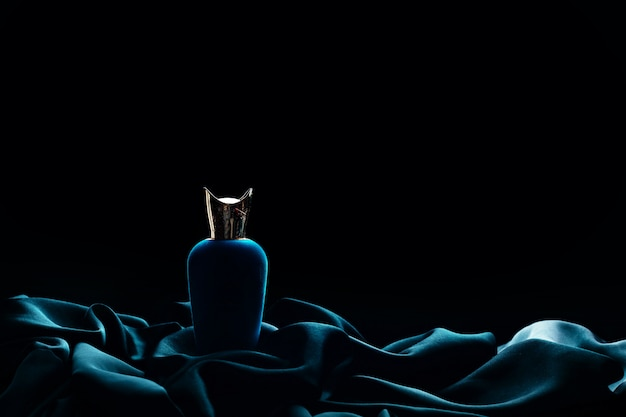 Luxe parfum op een zwarte achtergrond