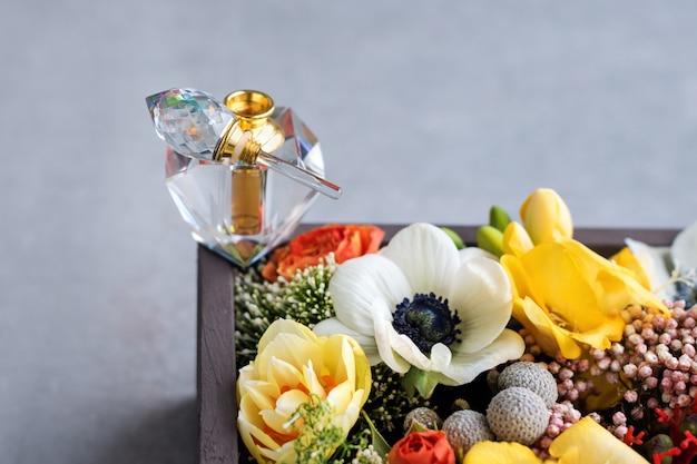 Luxe parfumfles met bloemen in de geschenkverpakking. parfumerie, cosmetica, geurcollectie