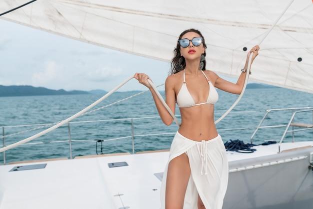 Luxe reisjacht. jonge vrouw die van de zonnige dagen op het varende jacht geniet het overzees.