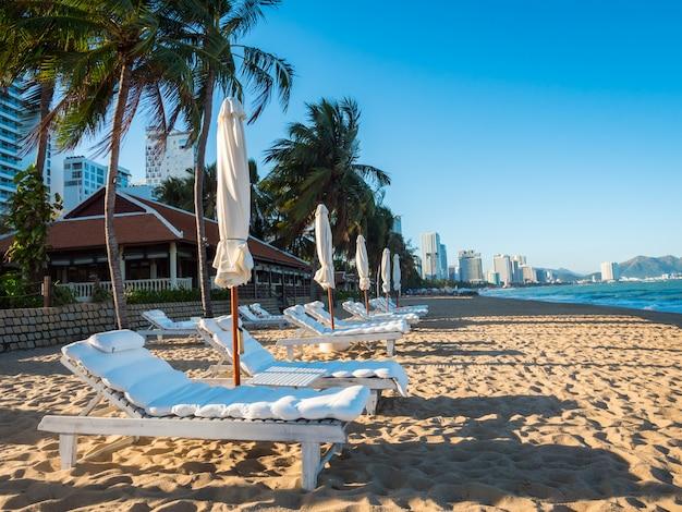 Luxe resort met stoelen en parasols voor zomervakantie