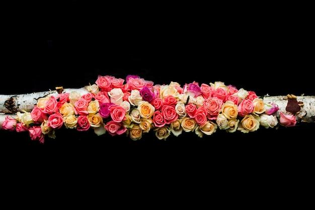 Luxe roze en beige rozenrand op de zwarte achtergrond
