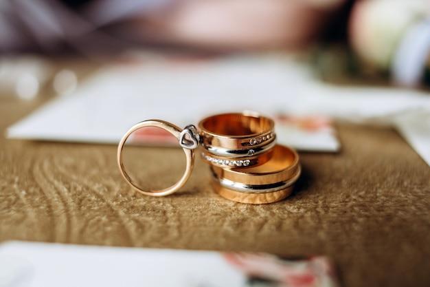Luxe set trouwkaarten, trouwringen, elegante accessoires van de bruid