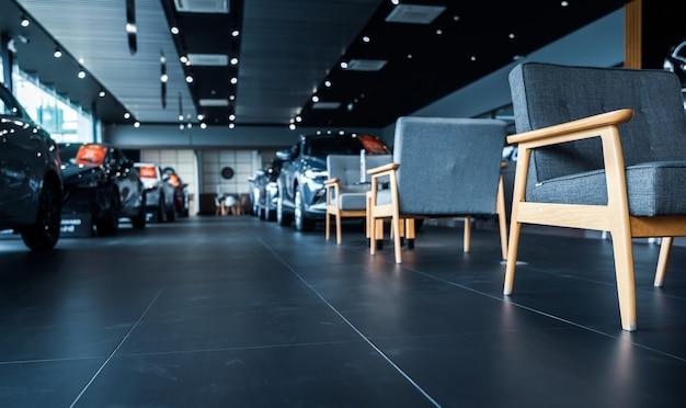 Luxe showroom interieur autodealer kantoor nieuwe auto geparkeerd in moderne showroom en stoelen