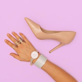 Luxe sieraden en hakken schoenen. trendy lady platliggende look