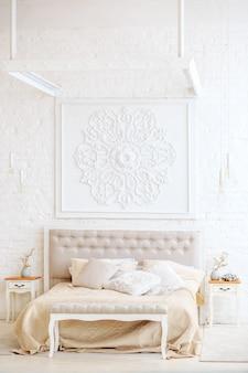 Luxe slaapkamer met bed- en nachtkastjes.