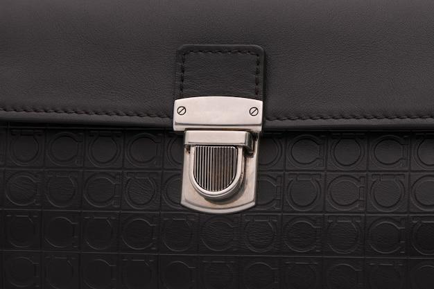 Luxe slotgesp op zwarte leren tas, close-up
