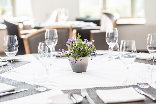 Luxe tafel met glazen, servetten en bestek in restaurant of hotel.