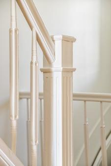 Luxe trap met een bijzonder ontwerp in een elegant huis