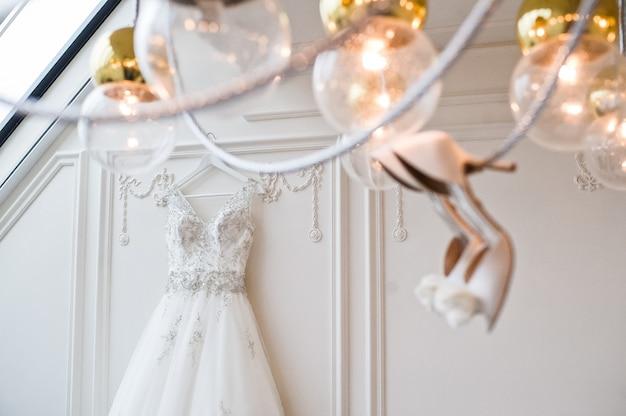 Luxe trouwjurk in het klassieke interieur van het hotel
