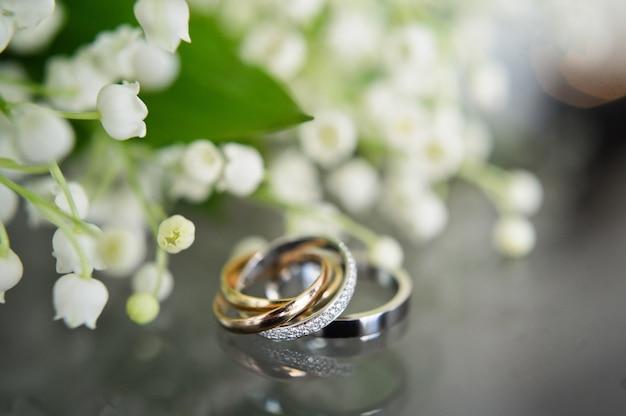 Luxe trouwringen met diamanten op bloemen