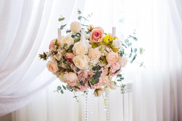 Luxe versierd met bloemen feestzaal in paleis.