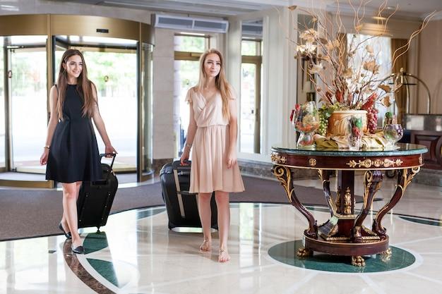 Luxe vijfsterrenhotel verwelkomt gasten in een weekend.