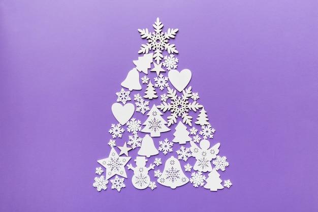 Luxe vorm van nieuwjaarsboom gemaakt van kristal en zilveren kerstversieringen op donkerblauwe achtergrond. vakantie wenskaart concept en kerst symbool. bovenaanzicht.