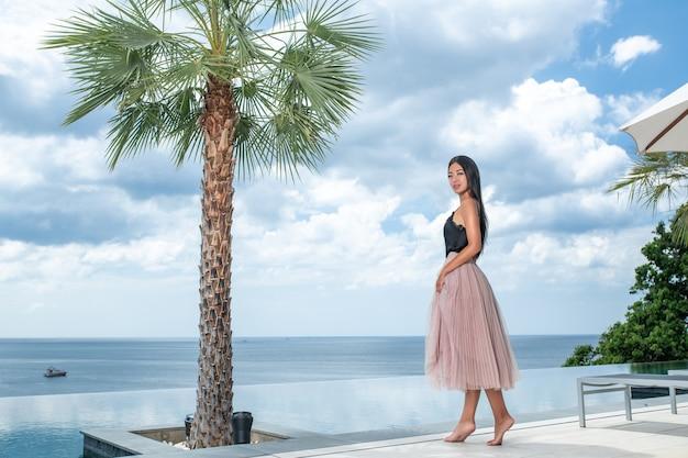 Luxe weekend in de villa een jonge brunette in een beige rok