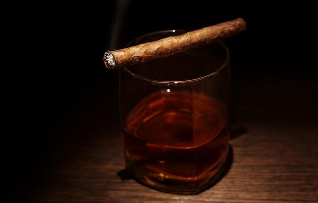 Luxe whiskyglas met sigaar