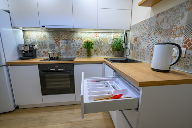 Luxe wit modern keukeninterieur
