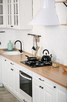 Luxe witte keuken en woonkamer in een groot huis