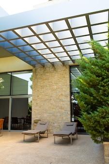 Luxe woning, verzorgde binnentuin met groene tuin en gezellige ligbedden om heerlijk in de tuin te relaxen
