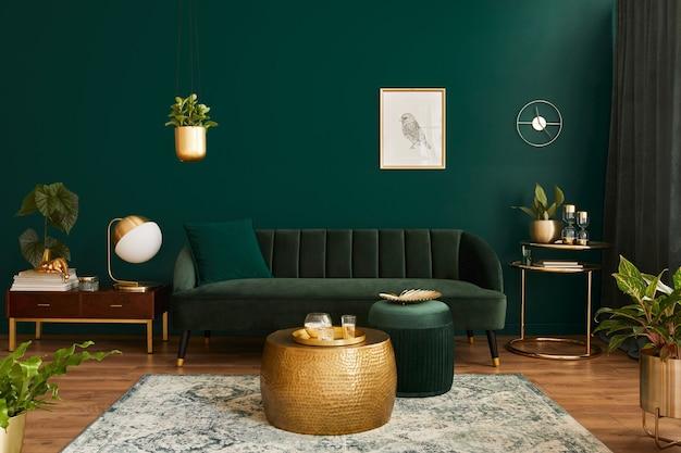 Luxe woonkamer in huis met modern interieur, groen fluwelen bank, salontafel, poef, gouden decoratie, plant, commode, tapijt, frame en elegante accessoires..
