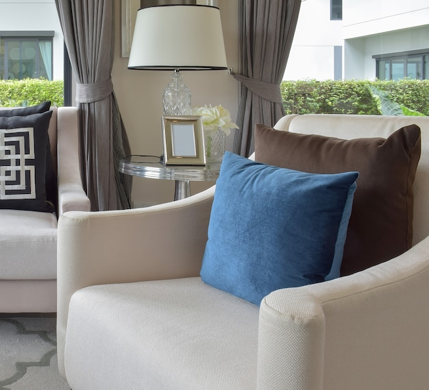 Luxe woonkamerontwerp met klassieke bank, fauteuil en decoratieve tafellamp
