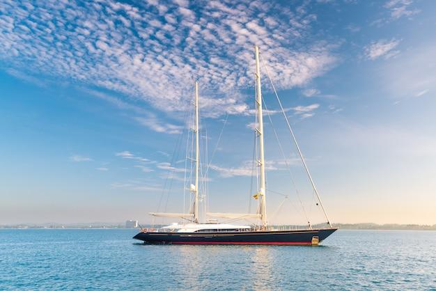 Luxe zeilboot in de prachtige oceaan