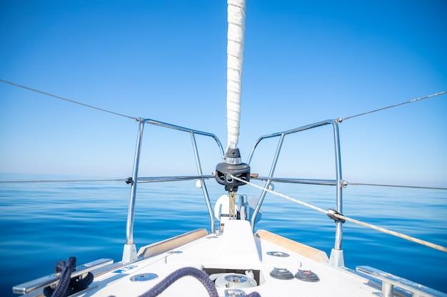 Luxe zeiljacht in de zee op een zonnige dag in kroatië