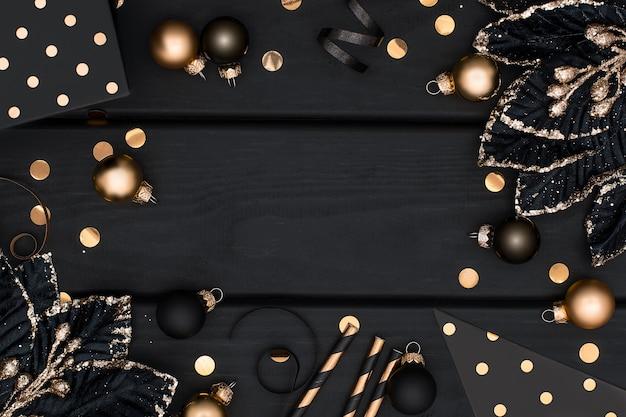 Luxe zwart en goud kerst frame op houten achtergrond.