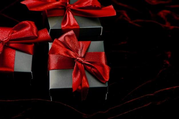 Luxe zwarte geschenkdozen met rood lint