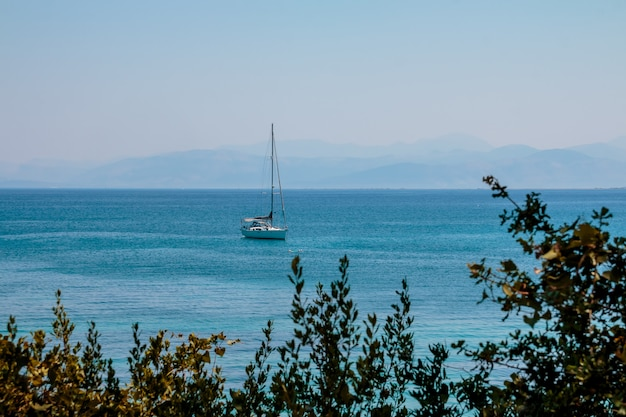 Luxejacht dichtbij kustlijn