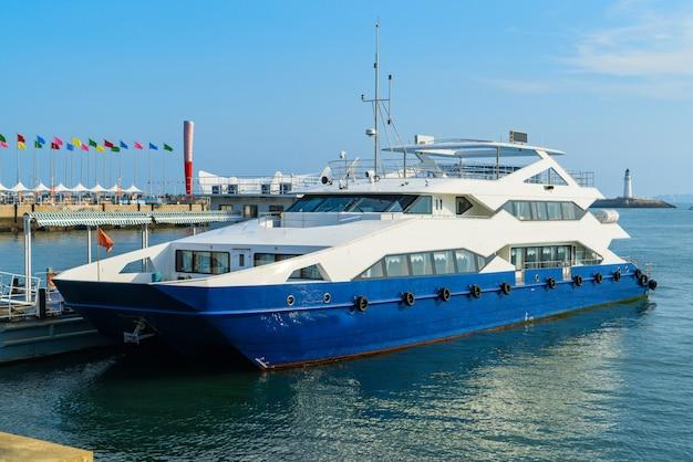 Luxejacht in haven, qingdao, china wordt vastgelegd dat