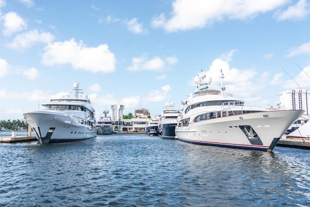 Luxejachten in jachthaven in fort lauderdale, florida worden gedokt dat