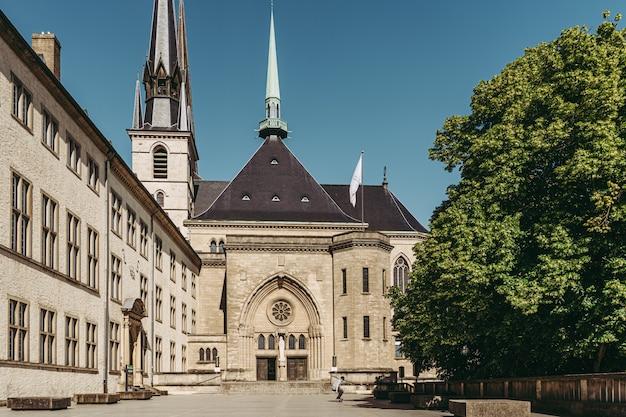 Luxemburg / mei 2020: de prachtige architectuur van de notre dame kathedraal