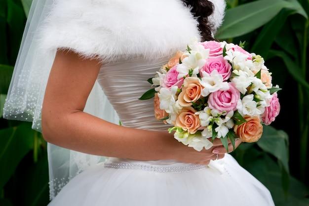 Luxueus boeket in de hand van de bruid