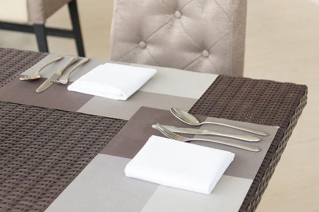 Luxueuze vork en lepel op de eettafel