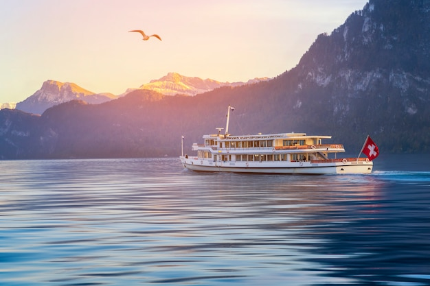 Luzern-boottocht op rivier met zwitserse berg